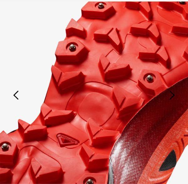写真のようなスパイク付きの靴は、屋内を歩いたりすると靴は痛みますか?