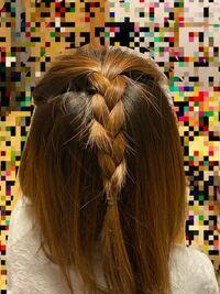この髪型変ですか? 前髪が長いので後ろに流して三つ編み?編み込みをしてみました。 なので前はオールバックみたいな感じだと思います。