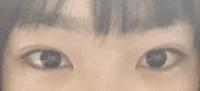 自分は猫目でそれがコンプレックスで タレ目の可愛いらしい目の子に憧れます 猫目の目をタレ目にするにはどーゆうメイクをすればいいですか?? あとなるべくメイクは薄くしたいです