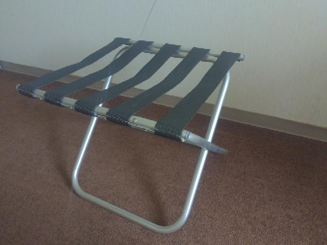 ビジネスホテルによくあるパイプ椅子のようなバゲージラックという名称のラックについて。 荷物を載せる面がベルトのようになっているのはどの様な理由があるのでしょうか?またはどんな利点があると思います...