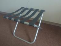 ビジネスホテルによくあるパイプ椅子のようなバゲージラックという名称のラックについて。 荷物を載せる面がベルトのようになっているのはどの様な理由があるのでしょうか?またはどんな利点があると思いますか?隙間が空いていない方が小物を載せる事もできるのにと疑問に思いました。