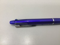 多色ボールペンについての疑問です。  多色ボールペンの黒色のノック部分てどう見ても黒じゃなくないですか? 何か理由があるのでしょうか。 少し疑問に思ったので、、、  ボールペンに詳しい方もしご存知で...