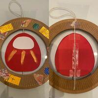 製作で正月飾りを作りたく、試作中です。 左側が表、右側が裏です。 画像の右側のように裏面が綺麗ではない状況です。 だるまには裏面も赤い画用紙を貼ることができるのですが、紙皿にテープが貼ってある部分をど...