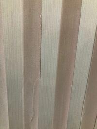 バーチカルブラインドについてです。去年の4月に新築して新しくバーチカルブラインドにしたのですが、糸がものすごくほつれてきます…画像のようになっているものが何本もあります。 これは普通なんでしょうか? それともカーテン屋のやり方が悪いのでしょうか?