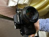 ニコンカメラ  祖父が他界する前、カメラに興味を持っていた私に昔買ったニコンのカメラがあると言われていました。 今になって物置を整理したところそれらしきカメラが見つかったのですが、説明書や付属品がなく、どのシリーズのカメラなのかわからないので、教えて欲しいです 周りを見てみるとF2とかいてあったのでこれかなとは思っていますが、カメラに詳しい方教えて頂けると嬉しいです