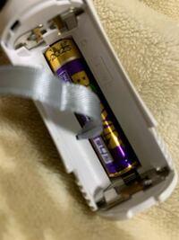 乾電池をとる方法 乾電池を3本使うサイリウムに乾電池を装着したのですが、リボンを下に通すことを忘れてしまい、取れなくなってしまいました。 自宅にある道具で壊さずにとる方法をどなたか教えてください…。  手では無理でした。