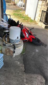 バイクが倒れた。いたずら? 今しがた、バイクが倒れました フルカウルのninja 250cc kawasaki  いたずらですかね? 風で倒れるとかあるの? 一人では持ち上げれない  泣ける