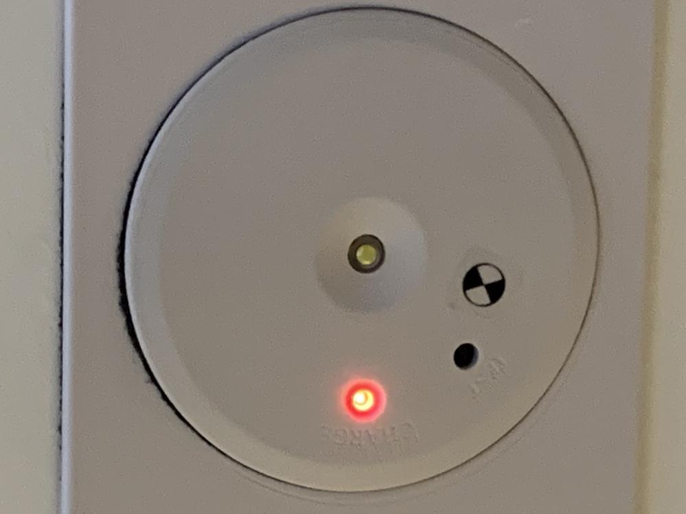 マレーシアのホテルに滞在中です。天井に付いているものは、何でしょうか? 火災報知器みたいな物等と不明な物です。
