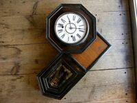 変形した 振り子時計の仕組みについて この手の時計 ちゃんと振り子が動作していますが  中の仕組みはどうなっているのでしょうか?