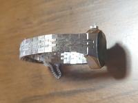 腕時計の汚れについて。祖母の形見分けでSEIKOの腕時計を貰いました。 メモによると昭和48年に買ったようですが、ネジを巻いてみると正確に動きました。 とても素敵なのでつけたいと思っているのですがバンドの汚れが凄いです。恥ずかしながら腕時計の知識が皆無なのですが、この汚れは落とせるものなのでしょうか?少なくとも10年はつけずに箱にしまわれていたようです。 親族にはそんな汚い時計捨ててしまえば...