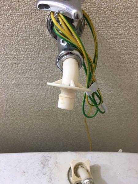引っ越しに伴い洗濯機を移動させるんですが、この蛇口についたプラスティックのアダプターは外すやつですか? 外し方わかる方いましたらお願いします。