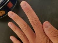 爪を噛んでしまう癖があります。他の人みたいにキレイな爪にしたいです。ピンクのとこと白のとこが良いぐらいに伸ばしたいです。 どうすれば良いか教えてください❗