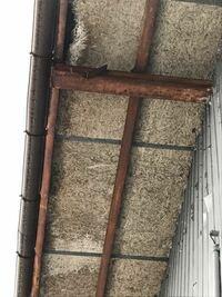 これってアスベストですか?昭和61年に建てられた倉庫の屋根の裏側です。