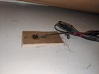 光回線の工事について教えて下さい。自宅に光回線を引こうと思い、モジュラージャックを探していたところ、画像のような壁から直接電話線が伸びている古いタイプでした。このタイプでも、標準工事費用内で光コンセン トに交換して、光回線を引く事は、可能ですか? それとも特殊な工事や費用が発生するのでしょうか? 自宅は、古い集合住宅ですが、NTT西日本のエリア判定で、フレッツ光ネクスト マンション・スーパー...