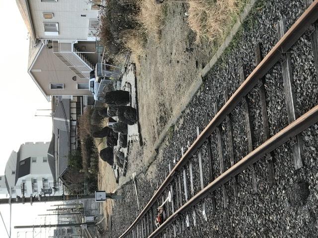 久米田駅南側の線路脇にある石のオブジェは何なんでしょうか?