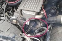 ジムニーJA11エンジンルーム内白煙について 友人からジムニーJA11をもらいました。 タービンが故障しているとのことで、少し走行してエンジンが温まってくるとキュィーンと凄い音がします。 (始動直後は鳴りませ...