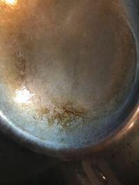 フライパンの錆に関して 写真は我が家のフライパンです。 昨日、牛肉を炒めた後に洗い忘れてしまいました。  今回はじめて洗い忘れです。 20時間以上放置してました。  写真の状態は錆でしょうか?  アドバイスよ...