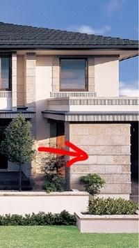 三井ホームの家に使ってある画像の矢印の石は何の石でしょうか?また横にライン状にボコっと出ているところもどうやってるのか知りたいです。 また金額は高いのでしょうか?