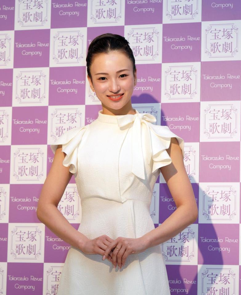 少し前になりますが、 宝塚歌劇団の華優希さんが 退団会見で着ていらした白のワンピースがどこのブ...