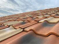現在、自宅の外壁と屋根の塗装を検討しています。そこで色々ネットで調べていたところ、屋根部分の塗装に関してですが、洋瓦の中にも色々素材の種類があり、粘土瓦は塗装の必要がなく、セメント瓦やモニエル瓦は...