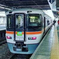 飯田線の特急伊那路ってなんの為に走っているのですか? JR東海さんは赤字路線でもバンバン新車いれますが、 飯田線なども特急が2往復し(新造車)、普通電車も転クロ車両ですし。 でも、どうみても赤字路線。  伊那路使う人ってどういう人が使うのですか? 東京でるなら、飯田とかなら甲府でて、そこからかいじやあずさつかった方がはやいし 新宿や名古屋へも高速バスが充実している。  わざわざ豊橋を経由して...