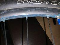 マウンテンバイクのホイールが写真のように青くなってしまったのですが、原因や対処法はありますか?