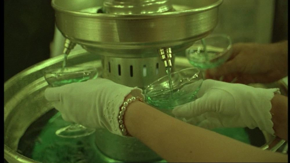 これは「ヴァージンスーサイズ」という映画の中のパーティのワンシーンです。 こんな小さい噴水のような物から飲み物を出す機械を小道具として一瞬のカットですが出していました。 実際にパーティに行って...