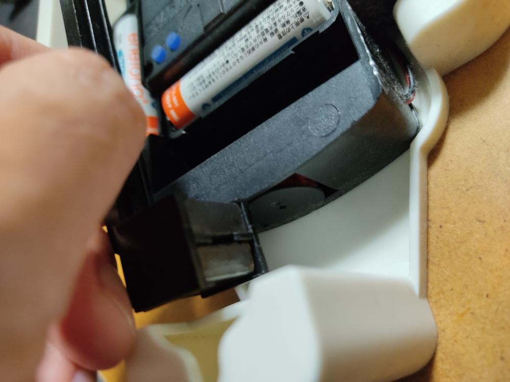 電波時計の振り子が動きません。 時計は動いているのですが振り子が気がついたら動かなくなりました。 メーカー修理は4000円くらいかかるので 自分で直したいのですができますでしょうか? 構造をみる...