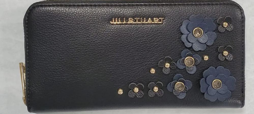 JILLSTUARTのこの長財布はいつのものですか? 探しているのですが、全く見当たらず……(;-;) 教えてください……!