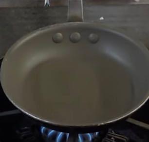 飲食店の調理器具に詳しい方、画像のプロが使うテフロンのフライパンが欲しいんですが、一般向けに売ってるお店、サイト知ってる方いらしたら教えてください。