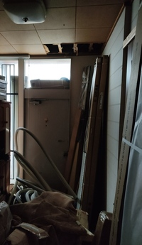 玄関ドアリフォーム、軽量鉄骨築38年どうするんですか。 ykk断熱親子ドアヴェナート左勝手、新品のまま雨ざらしです。 枠に木造用ビス穴あいてますが、軽量鉄骨の場合どうするんですか。 玄関は幅1750、奥行き45c...
