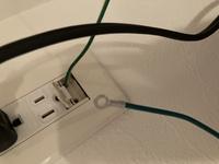 アースの接続方法についてなのですが、家電側についているアース先端が輪っかになっております。 一方、コンセント側にネジなどはなく、差し込みする形のものになっています。  この場合は、家電側のアース線の先端を切り落として、銅線を剥いて使うのが正解でしょうか?