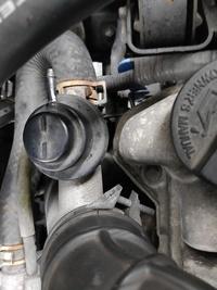 mh22s スティングレー ターボ 写真の部分ですが本来ホースが繋がっている部分かと思うのですが、通常どこと繋がってるのでしょうか? よろしくお願いします
