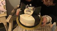 今度本人不在の誕生日会をしたいと思ってます! ケーキは手作りしたいのですがこの写真のようなリボンはどのように作れば良いのでしょうか、、?材料と作り方を教えて頂きたいです、よろしくお願いします。
