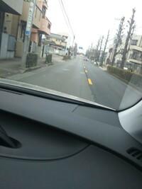 道路にある線について質問です。  写真のような黄色い線(破線)は道路交通法にありましたか。初めて見ましたがどういう意味でしょうか。