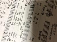 楽譜の書き方を教えてください。 移調楽譜を書いておりまして、基本的に1段4小節と聞いたのですが、移調前の楽譜がそうでなかったため、書き直しています。 書き進めるうちに、写真中央のカッコが段の最初の小節...