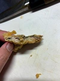 イワシのから揚げについて  NHKで以前放送されたバッター液を作り、イワシのから揚げをしました。  https://www9.nhk.or.jp/gatten/articles/20190116/index.html パン粉は付けていません。  180度から200度で2~3分揚げましたが、半生でした。  クックパッドを見ると「片栗粉と小麦粉をまぶす」などがかかれています。  半生にならない作...