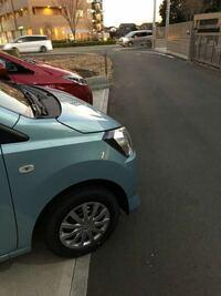 軽自動車(青色)が道路にはみ出してしまいます、 法律的に違法ですか?