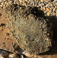 庭を掘って、畑にしようとしていたら、写真のような黒いものが出てきました。 石ではなく、脆く、砂にしては黒すぎるしという感じです。 これは、何の物質なのでしょうか。 宅地造成時に埋もれた有害物質ではない...