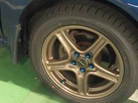 愛車のブロンズホイールにこのリムガードの配色は似合いますか? また、回答者様からおススメの商品がございましたらご紹介願います。 訂正ですが写真とは異なりますが現在のホイールナットは黒色です。 ボディ色は紺系の青色です。    商品名:「Kabis Wheel protector - black / Rimblades / Rim Guard チューニングホイール22インチ以下のホイールプロテ...
