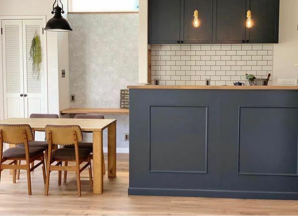 新築を計画的です。 キッチン腰壁を写真のようなモールディング化粧を考えています。床は朝日ウッドテックMRXのオーク2Pです。 モールディングカラーも写真の色ドンピシャです。 その際に、キッチン腰壁にまわる笠木(キッチンカウンター)についてですが、添付写真のような色合いや素材感が理想なのですが、、、 この部材と色味を写真で判断出来る方いましたら教えて下さい。