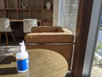 この茶色い椅子はどこのメーカーの商品か分かりますか?