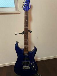 フェルナンデスのエレキギターの型番が分かりません。写真で分かる方、いらっしゃいますでしょうか? 1998年に、当時55,000円くらいで買いました。  特別大きな不具合がある訳ではないですが、アンプに繋がずに5弦5フレットを押さえて弾くと微かに「ビーン!」って音がします。安いギターなので買い替えた方がいいですかね。。思い入れがあるのでなるべくならパーツ交換で対応したいのですが。。