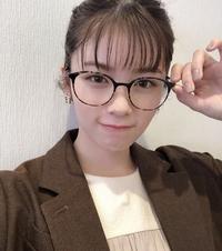 小芝風花さんが着用しているメガネはどこのブランドの物ですか?