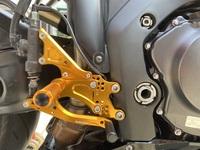 バイクのsc57のベビーフェイスのバックステップでブレーキ側のステップの調節はどうやってやりますか?