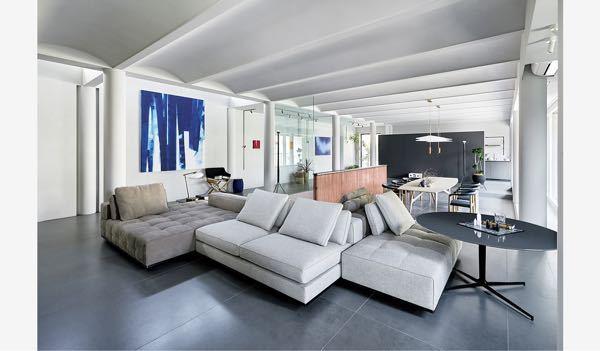ヘーベルハウスの現行CMのソファやベッドのブランドがわかる方教えてください。