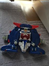 このおもちゃは何のおもちゃかわかりますか? ガンダムとか特撮のヒーロー物でしょうか? なんか変形や合体するおもちゃなのかと思うのですが、名前がわかりません。  どなたかご存知であれば教えてください。 宜しくお願いいたします。