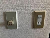 【急募】光回線の配線工事についての質問です。 春から大学生になるため、3月から1人暮らしをするために部屋を賃貸で借りたのですが、そのマンションで契約されているWi-Fiの回線がかなり評判の良くないところでした。なので自分でドコモ光を契約しようとしたのですが、厄介な弊害が出てきてしまいました。 内見の時に、自分で別の回線を契約して引くときは添付した写真の左側のコンセントを使うように言われました...