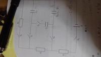 キルヒホッフの法則について教えて下さい。 第一では電流をI1、I2とかにして分岐点で分けて考えますが、第2を使う場合は一つの閉回路を一つの電流で考えるということでいいのですか 画像よこむきですがR1をとおる電流て1つの閉回路(E.R1.C1の1周)とした場合、R2方向へ外周1周閉回路にする場合R1とR2の間に分岐点がありますが、解答はどちらの回路もI1として式を作ってます、第二のときは分岐点...