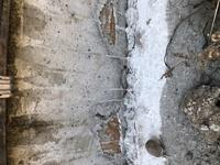 戸建を建設中です。 今月頭に着工したのですが、基礎部分に穴があきガムテープのようなものが見えていました。これは問題ないのでしょうか? 詳しい方いらしたら教えていただきたいです。